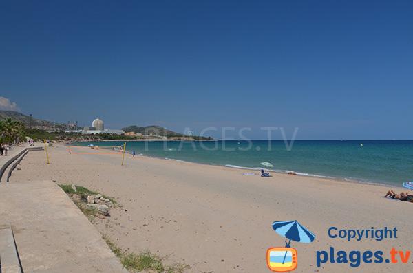 Plage de sable à proximité de la centrale nucléaire de Tarragone