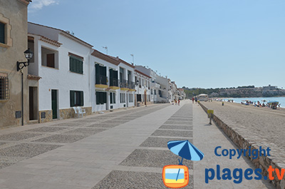 Bord de mer et plage d'Altafulla en Espagne