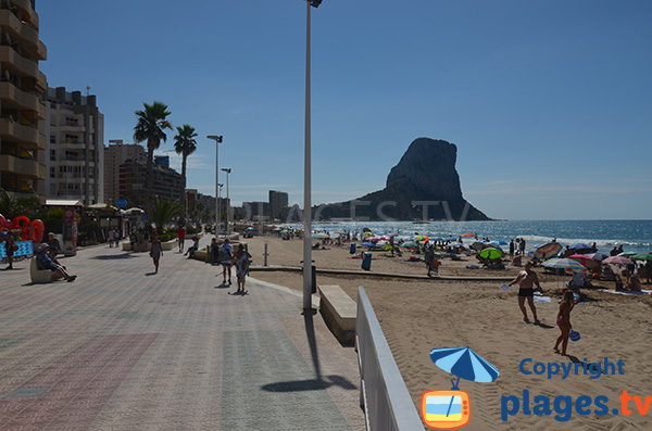 Promenade piétonne le long de la plage d'Arenal Bol à Calp en Espagne