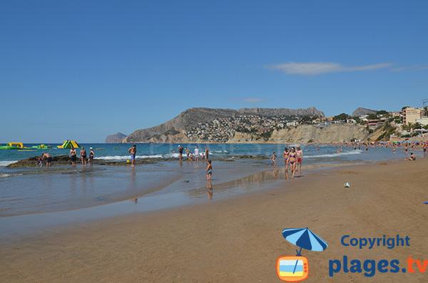 Jeux pour les enfants sur la plage d'Arenal Bol à Calp en Espagne - Alicante