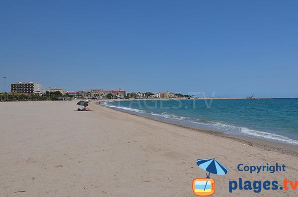 Grande plage dans le centre de l'Hospitalet de l'Infant - Espagne