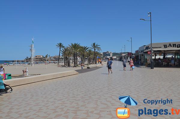 Promenade piétonne le long de la plage Arenal à Javea
