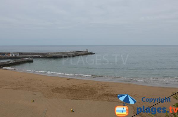 Photo de la plage d'Arrigorri à côté du port d'Ondarroa