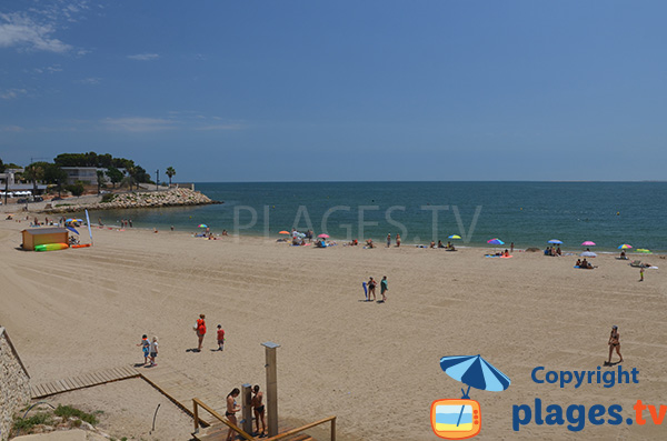Grande plage à côté du port de l'Ampolla