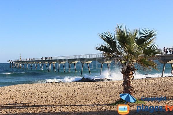Pont del Petroli de Badalona vue depuis la plage
