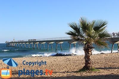 Plage de Badalona avec le pont de l'Huile