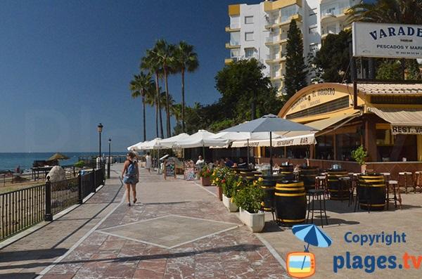 Restaurants le long de la promenade de la plage de Bajadilla à Marbella