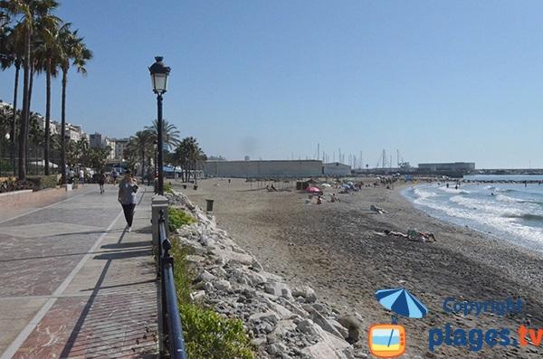 Promenade le long de la plage de Bajadilla - Marbella