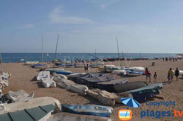 Bateaux de pêcheurs sur la plage des Barques - St Pol de Mar