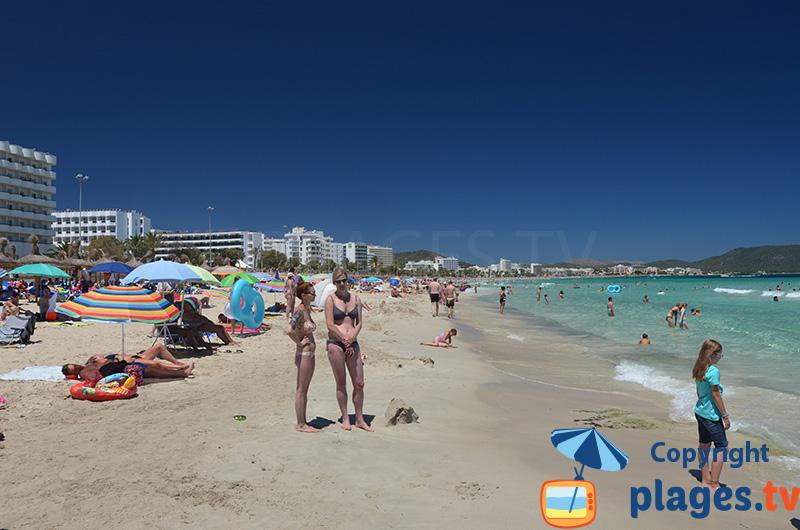 Cala Millor avec sa plage et ses immeubles