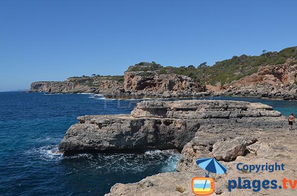 Falaises autour de la calanque Almunia à Majorque