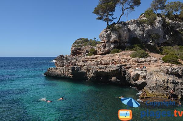 Rochers pour plonger dans la Cala Almunia à Majorque