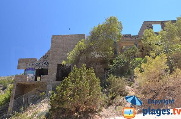 Immeubles inachevés dans la cala d'En Serra