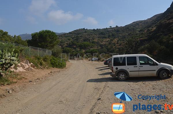 Parking de la plage de Cala Joncols à Roses en Espagne