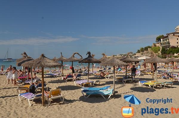Parasols et matelas sur la plage de Cala Major - Palma de Majorque