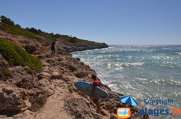 Surfeurs sur la plage de Cala Mendia - Majorque