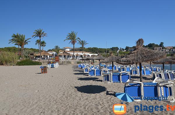 Location de chaises longues sur la plage de Cala Murada - Baléares