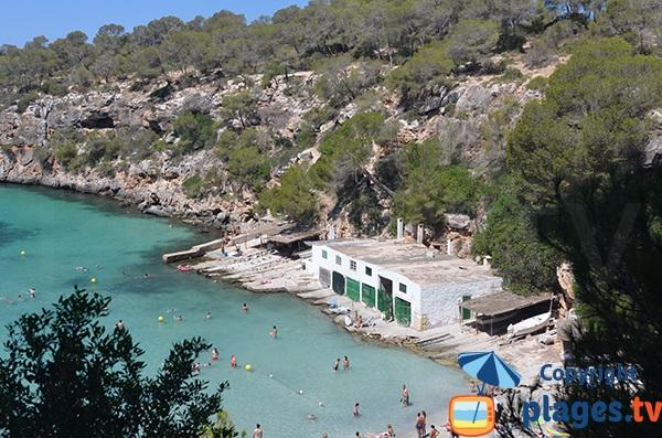 Abris à bateaux sur la plage de Cala Pi - Baléares