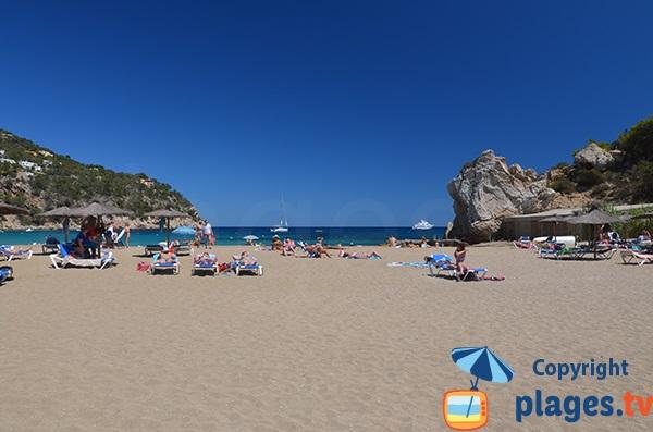 Abris à bateaux sur la plage de la Cala de Sant Vicent