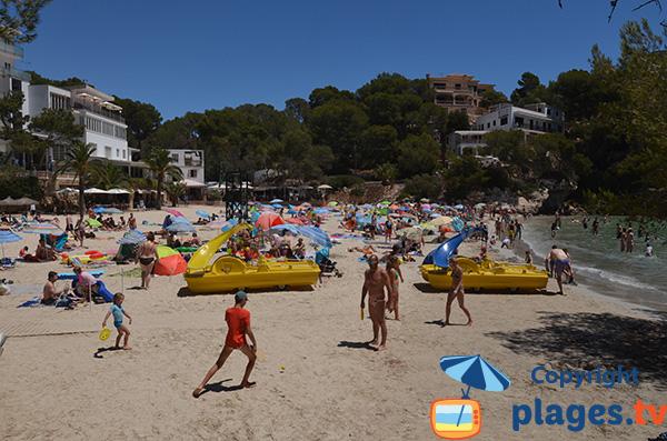 Pédalos sur la plage de la Cala de Santanyi à Majorque