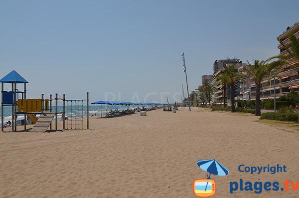 Jeux pour les enfants sur le sable de la plage de Calafell