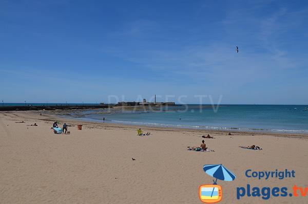 Vue sur le chateau de San Sebastian à Cadix depuis la plage