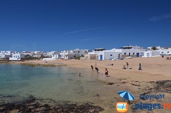 Plage dans le port de Caleta de Sebo à La Graciosa