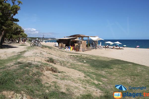 Pelouse autour de la plage d'El Callao à Mataro