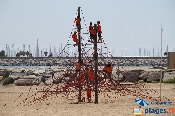 Jeux pour les enfants à côté de la plage d'El Callao à Mataro