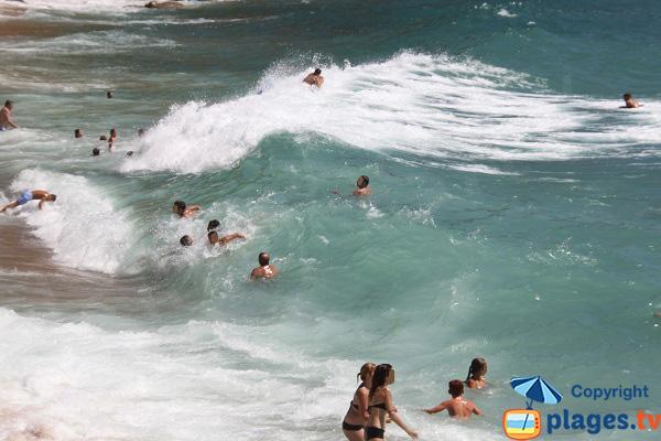 Plage avec des vagues à Sant Feliu de Guíxols en Espagne