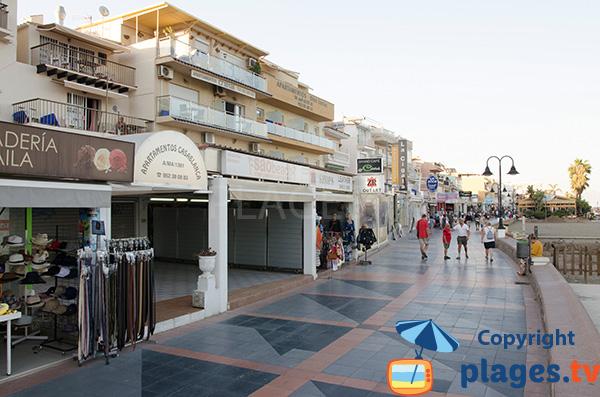 Promenade le long de la plage de Carihuela à Torremolinos