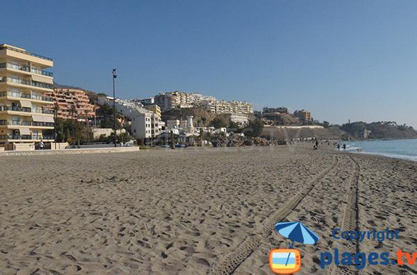 plage de Carvajal avec vue vers le nord à Fuengirola en Andalousie