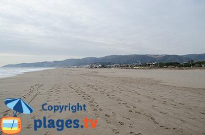 Grande plage de Castelldefels en Catalogne