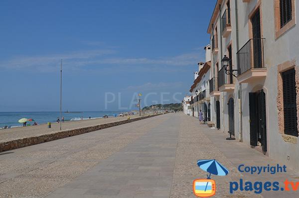 Promenade piétonne en bord de mer à Altafulla - Espagne