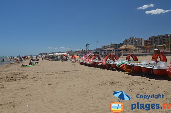 Pédalos sur la plage du Centre de Guardamar en Espagne