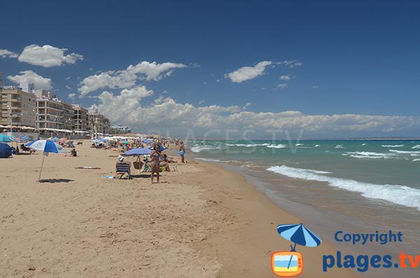 Grande plage dans le centre ville de Guardamar en Espagne