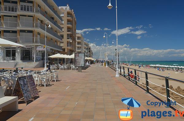 Promenade sur le front de mer de Guardamar au bord de la plage - Espagne