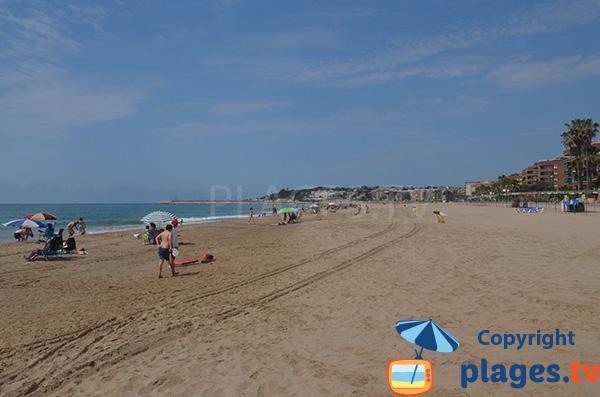 Plage à côté du port de Torredembarra en Espagne
