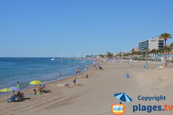 Grande plage de sable à Villajoyosa - Espagne