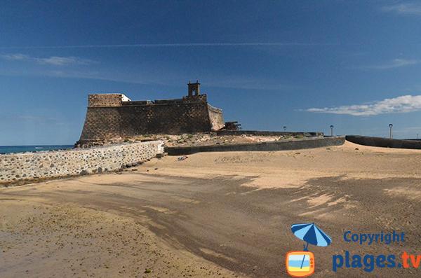 Plage à côté du chateau de San Gabriel à Arrecife