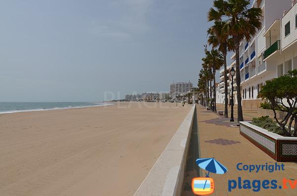 Promenade piétonne le long de la plage de Costilla à Rota
