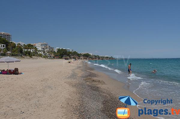 Graviers sur le bord de mer de la plage Cristall - Miami-Platja
