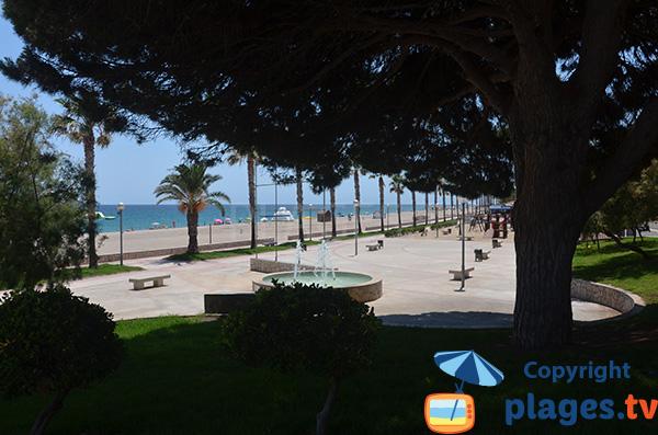 Promenade piétonne ombragée le long de la plage Cristall