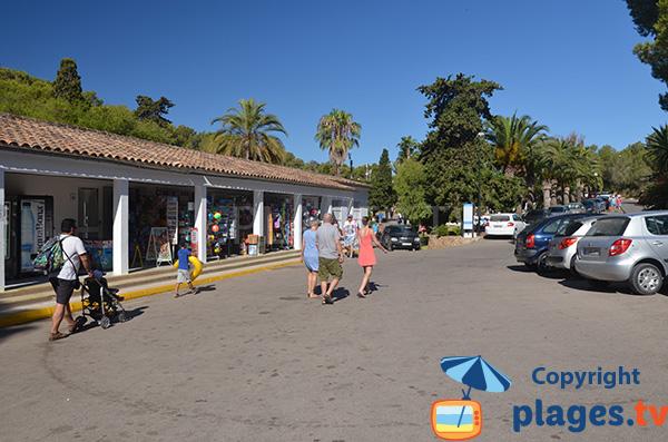 Commerces autour de la petite plage de Domingos à Cala Tropicana - Majorque
