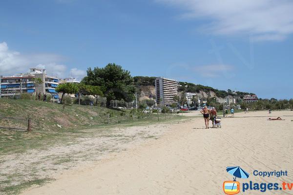 Plage à proximité du centre-ville d'Arenys de Mar en Espagne