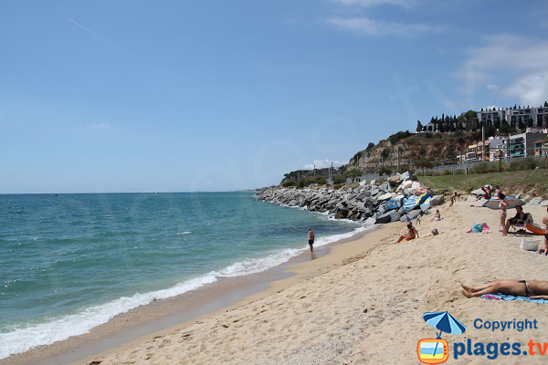 Extrémité de la plage du Port à Arenys de Mar
