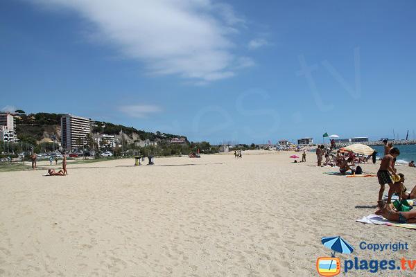 Partie la plus large de la plage d'Arenys de Mar en Espagne
