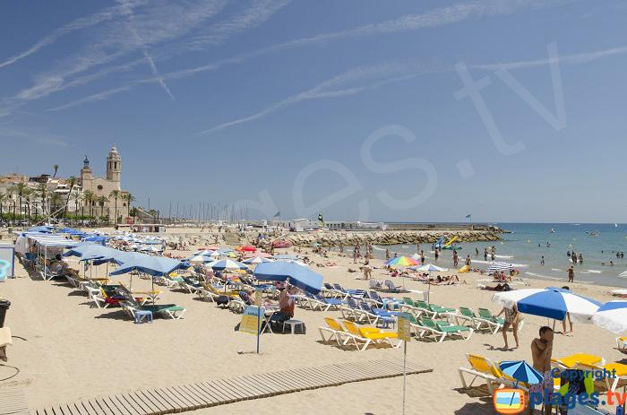 Plage et l'église de Sitges - Espagne
