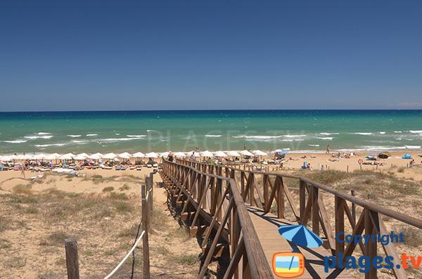 Passerelle d'accès à la plage El Moncaio à Guardamar en Espagne