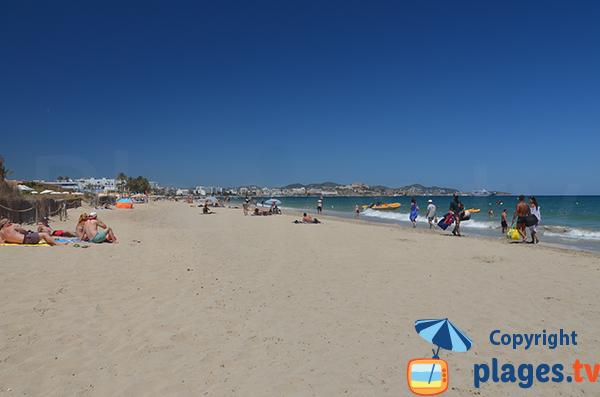 Plage avec des activités nautiques à Ibiza